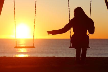 Une femme seule sur une balançoire